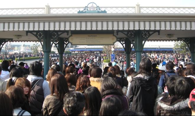 tokyo-disneyland-turnstile-crowd.jpg