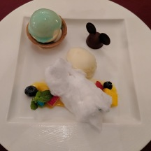 The dessert consisting of a vanilla tart, orange-yuzu sherbet and cotton candy.